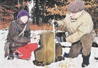Sophie Rohland und Manfred Schröter vom Heimat- und Geschichtsverein Goldene Aue haben das Steinkreuz im Wald aufgespürt.