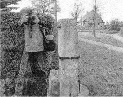 Der Stumpf der Betsäule vor dem Hospital Sankt Julian (im Hintergrund) in Sangerhausen gibt Heimatforschern noch einige Rätsel auf. MZ-Fotos: Steffi Rohland